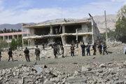 Miesto výbuchu bomby v aute v Aybaku, hlavnom meste afganskej provincie Samangan 13. júla 2020.