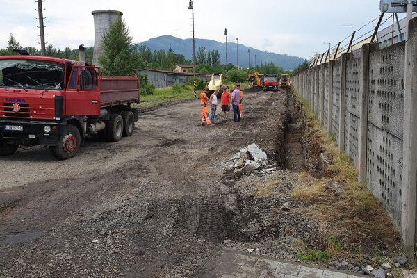 Na snímke výstavba nového parkoviska so 106 stojiskami v priemyselnom parku Hnúšťa, okres Rimavská Sobota.