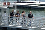 eorge Rivera (druhý zľava) a Yolanda Riverová, rodiča americkej herečky Nayi Riverovej a policajní príslušníci v kalifornskom okrese Ventura prichádzajú do vodáckeho prístavu po nájdení tela Nayi Riverovej v kalifornskom jazere Piru.