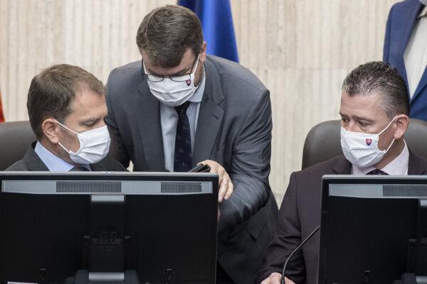 Zľava premiér Igor Matovič (OĽaNO), podpredseda vlády pre legislatívu a strategické plánovanie Štefan Holý (Sme rodina) a minister vnútra Roman Mikulec (OĽaNO) počas rokovania vlády 15. júla 2020 v Bratislave.