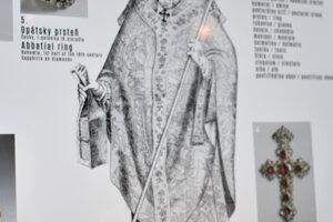 Z plagátu sa návštevníci dozvedia presný popis jednotlivých kusov oblečenia.
