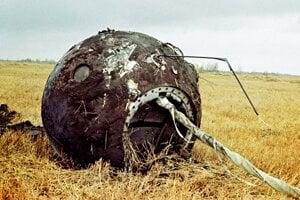 Gagarin pristál na jednom padáku, na druhom pristála návratová kabína lode Vostok, na fotografii po pristátí.