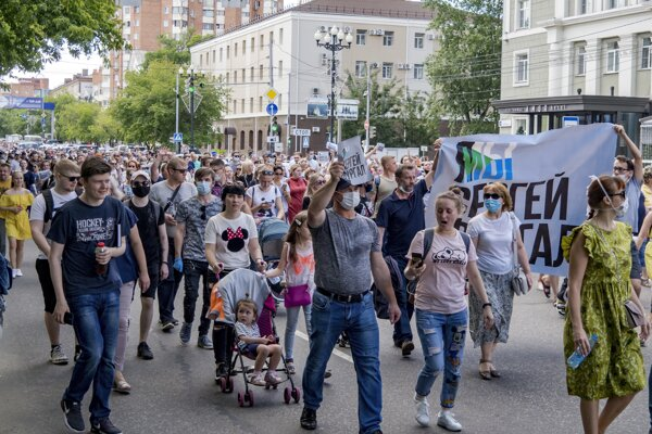 Ľudia protestujú s transparentmi za prepustenie chabarovského gubernátora Sergeja Furgala v ruskom meste Chabarovsk, 6100 km východne od Moskvy.