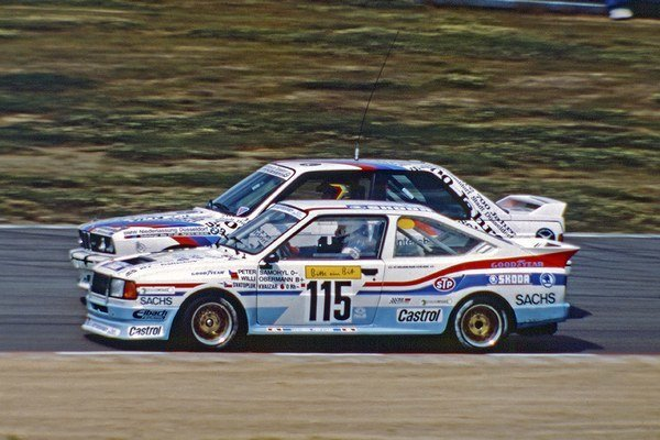 Škoda Rapid 130 R/H v súboji s BMW M3.