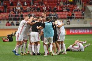 Futbalisti Ružomberka sa radujú z víťazstva.