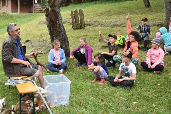 Na letnom tábore sa učili deti poznávať zvieratíá podľa toho, aké zvuky vydávajú.