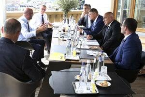 Druhý zľava predseda Európskej rady Charles Michel, chorvátsky premiér Andrej Plenkovič, rumunský prezident Klaus Werner Ioannis, bulharský premiér Bojko Borisov a maltský premiér Robert Abela počas stretnutia  pred začiatkom tretieho dňa summitu EÚ v Bruseli 19. júla 2020.
