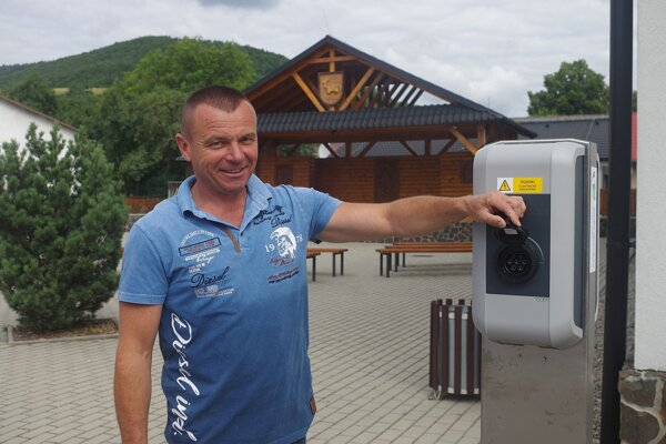 Papradno je prvou obcou v považskobystrickom okrese, kde pribudla nabíjacia stanica na elektromobily.