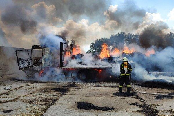 Hasiči likvidovali v Kolárove požiar nákladného auta naloženého slamou.