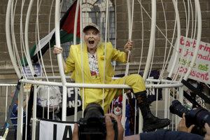 Britská módna návrhárka Vivienne Westwoodová protestuje proti vydaniu zakladateľa Wikileaks Juliana Assangea na trestné stíhanie do USA.