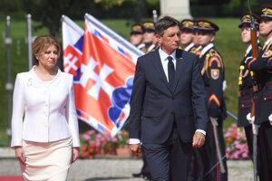 Slovenská prezidentka Zuzana Čaputová a slovinský prezident Borut Pahor počas prehliadky čestnej stráže.