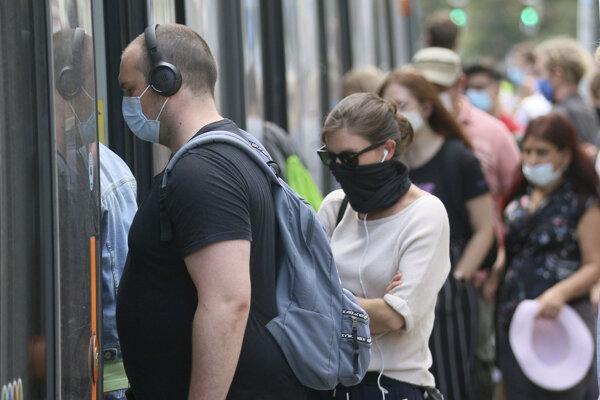 Cestujúci nastupujú do električky vo Viedni.