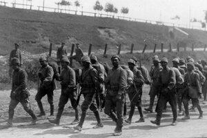 """Tureckí """"Mehmetčíkovia"""" v typických helmách """"enverovkách"""" prichádzajú do Haliče, boli medzi nimi tiež veteráni bojov pri Gallipoli."""