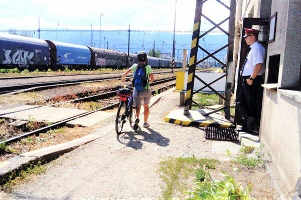 Máloktorí cyklisti aspoň zídu z bicykla, keď prechádzajú popred budovu nákladnej stanice.