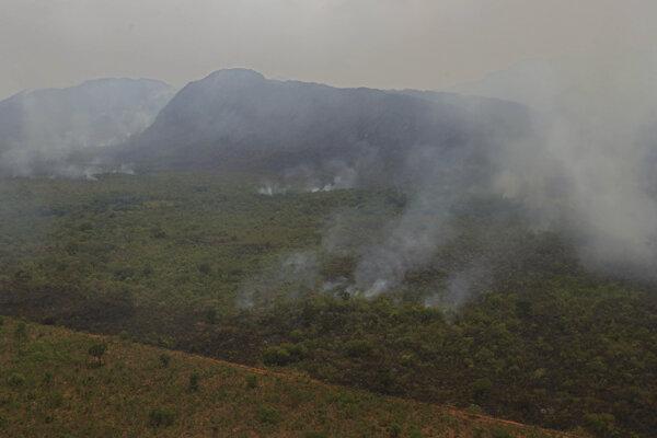 Dym stúpa z ohnísk rozsiahleho lesného požiaru v národnom parku Chapada dos Veadeiros v brazílskom štáte Goias.