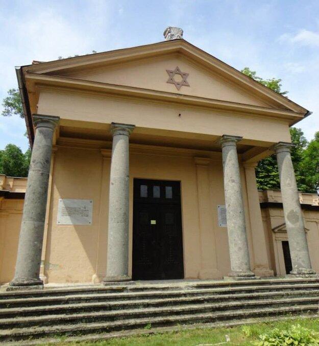 Obradná sieň na novšom židovskom cintoríne v Lučenci.