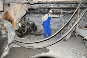 V pivnici mlyna, kde je sústava kolies, remeňov a prevodov.