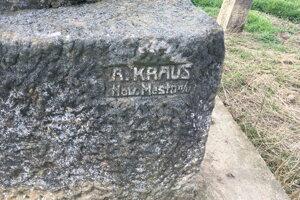 Pomník s jediným menom sa nachádza hlboko v poli