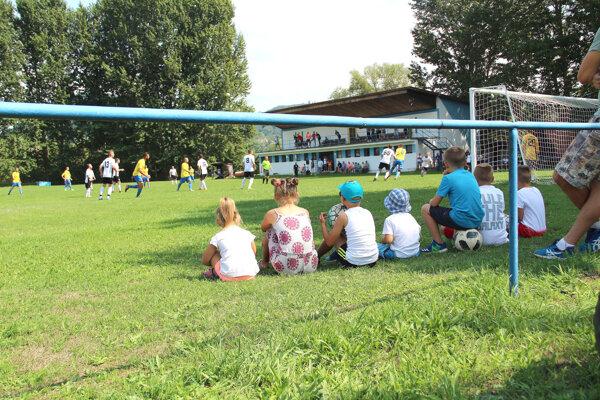Na zelené trávniky sa vrátia hráči i fanúšikovia.