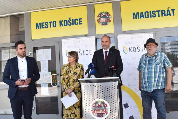 Brífing Jaroslava Polačeka (druhý sprava). Vľavo Iveta Rajtáková, vpravo poslanec Ladislav Rovinský.