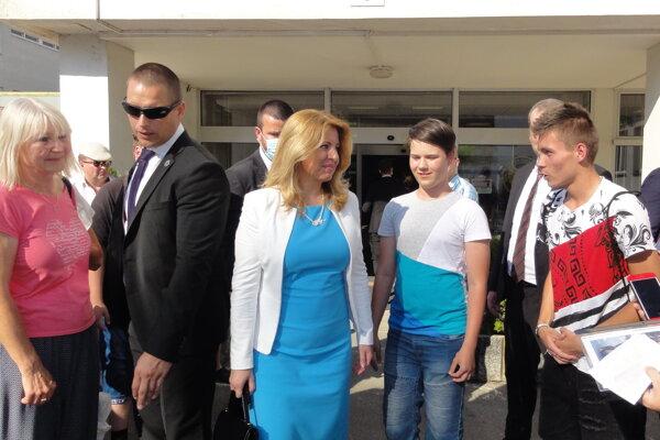 Prezidentka Zuzana Čaputová pred budovou Veliteľstva vzdušných síl vo Zvolene.