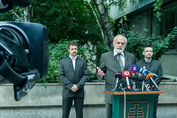 Minister Mičovský počas dnešnej tlačovej konferencie.