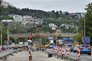 Priebeh stavby električkovej trate na Karloveskej a Botanickej ulici v Bratislave.