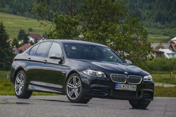 BMW M550d vyzerá vzhľadom na dosahovanú dynamiku až veľmi nenápadne. Najmä kolesá sú opticky utopené.