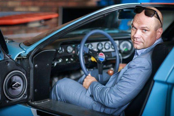 Peter Šumichrast (41) si prvý americký veterán Ford Mustang kúpil pred desiatimi rokmi. Je viceprezidentom Mustang Clubu Slovakia. V zbierke má Ford Mustang z roku 1967, 1969 a Ford GT 40. Pracuje ako obchodník.