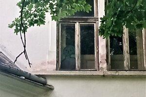 Mládež si našla svoje chodníčky do kaštieľa. Na okne je kresba.