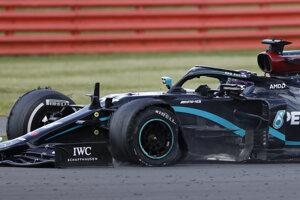 Lewis Hamilton s nefunkčným kolesom počas Veľkej ceny Veľkej Británie.