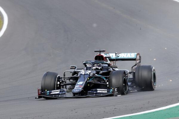 Lewis Hamilton s nefunkčným kolesom počas VC Veľkej Británie.