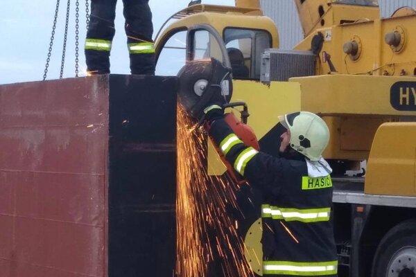 Kontajnery rozpílili hasiči.