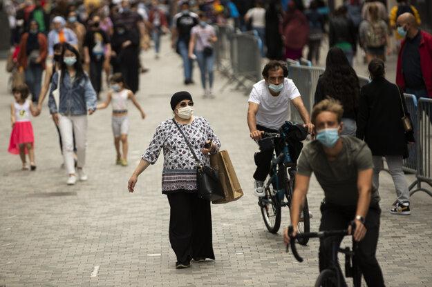 Na snímke jedna z obchodných ulíc v Bruseli, dňa 27. júla 2020. Belgicko nemá dovolené vycestovanie do zón úradne označených na červeno, preto ľudia, ktorí sa z týchto oblastí vracajú, či už z európskych krajín alebo zo sveta,musia vykonať test na COVID-19 a nastúpiť na povinnú 14-dňovú karanténu.