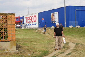 K Tescu sa dá zBazovského dostať aj okolo predajne Euronics. Tento zatiaľ len vyšľapaný chodník však vzdialenosť výrazne skracuje.
