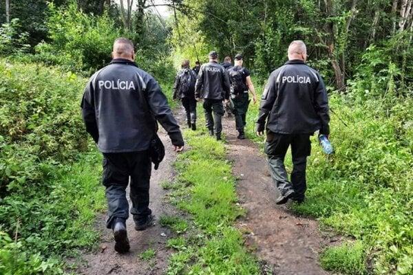 Policajti hľadajú muža v teréne.
