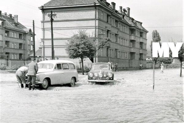 Križovatka ulíc Kuzmányho a Škultétyho v Martine. Vpravo luxusný automobil Tatra 87 Diplomat, - prvý sériovo vyrábaný aerodynamický automobil v rokoch. 1936 až 1950.