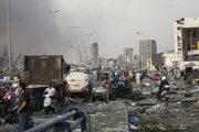 Ľudia pomáhajú zraneným po masívnej explózii v Bejrúte.