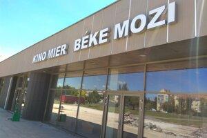 Súdny spor medzi mestom Nové Zámky a firmou AVA-stav vznikol kvôli prerábke fasády kina Mier.
