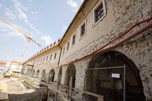 Severné hradby Bratislavského hradu počas záverečnej rekonštrukcie tretej etapy.