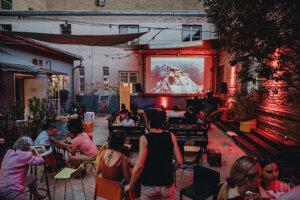 Na zadnom dvore Tabačky sa premietajú aj filmy.