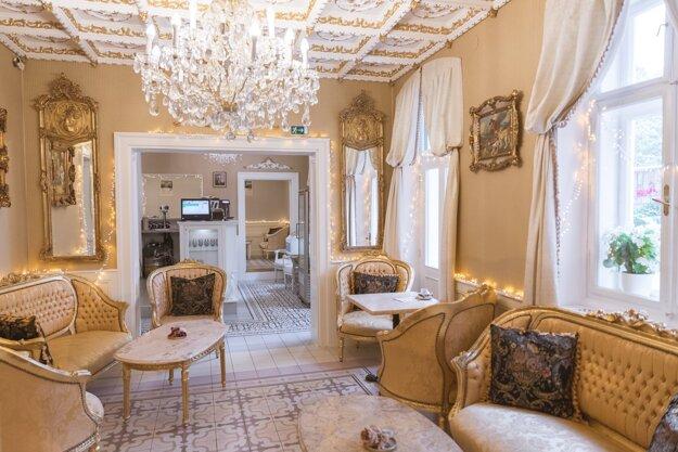 Interiér kaviarne Villa Vodička, ktorý je plný historických artefaktov, hudobných nástrojov i hier, Piešťany