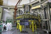 Zamestnanci začínajú plniť jadrovým palivom prvú bieloruskú atómovú elektráreň pri meste Astravec 7. augusta 2020.