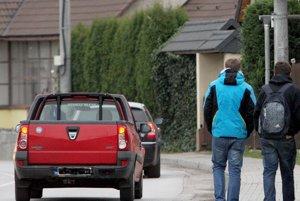 Vodiči nesmú chodcov zdraviť trúbením.