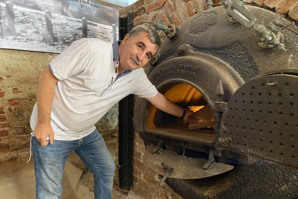 Pavol Hudák pri vynovenom kotle.