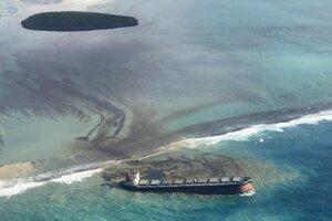 Únik ropných látok z lode MV Wakashio pri pobreží ostrova Maurícius.