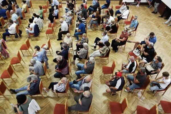 Na stretnutie prišlo takmer dvesto domácich.