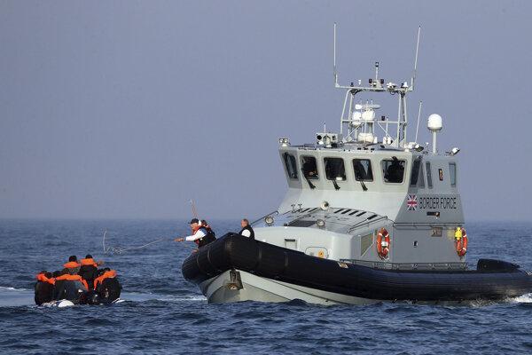Britská pohraničná stráž zachraňuje migrantov v Lamanšskom prielive.
