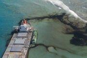 Loď Wakashio pri Mauríciu narazila na plytčinu a unikajú z nej ropné látky.