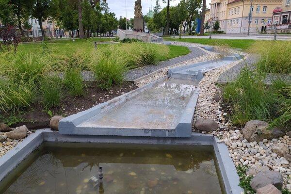 Nefungujúca fontána v Handlovej. Ilustračné foto.